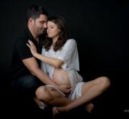 Fotografie cu amandoi parintii imbratisand o burtica de baietel. Familie si maternitate